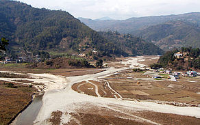 The original riverbed of the Harpan Khola becomes obstructed more and more. This strikingly increases the risk towards natural hazards such as flooding and endangers the livelihood of the local population.
